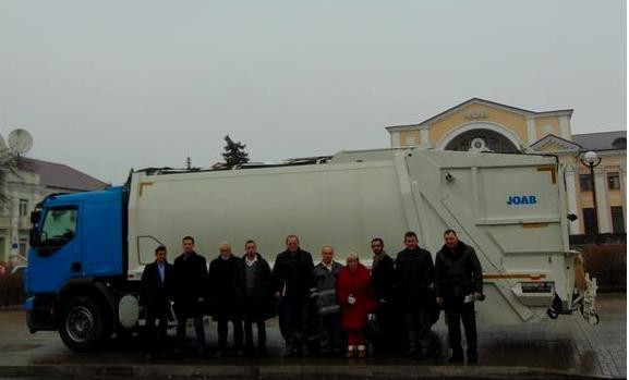 До Чопа привезли унікальну сміттєприбиральну машину, аналогів якої на Закарпатті немає