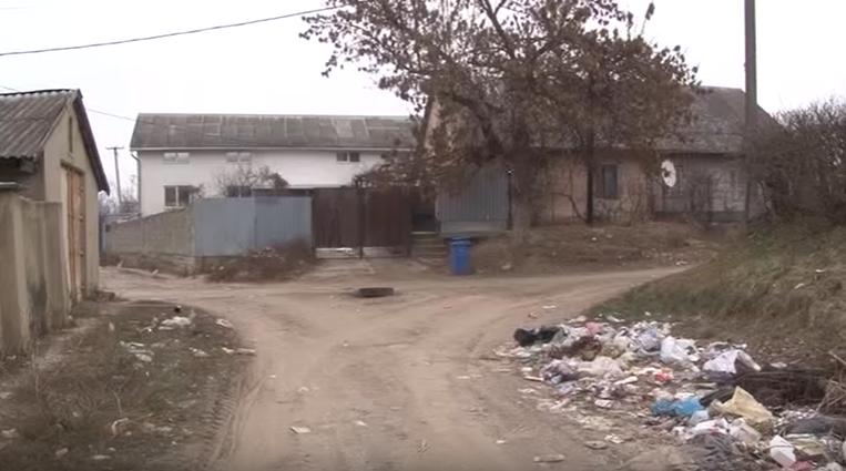 Вулиця Спортивна у мікрорайоні Радванка засипана сміттям