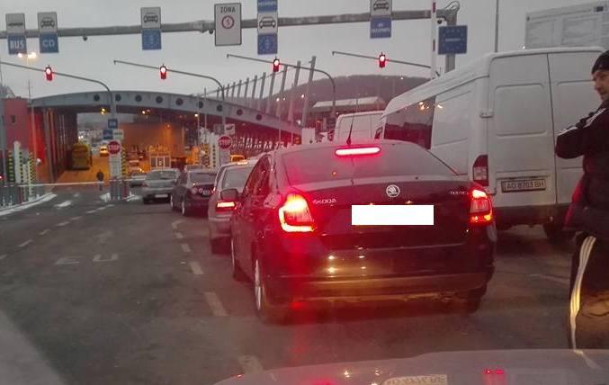 """На КПП """"Ужгород"""" черга автомобілів сягає кілометра"""