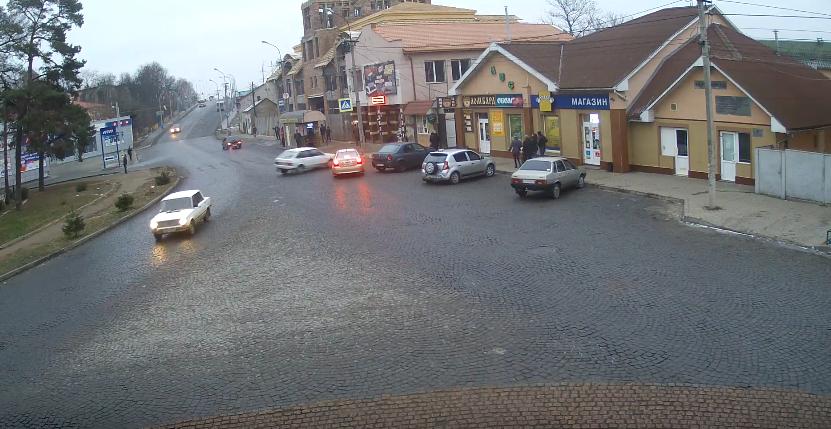 Дріфт по-мукачівськи: камери спостереження зафіксували ДТП біля танку у Мукачеві