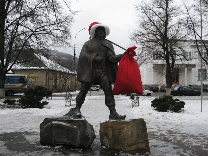 Пам'ятник листоноші у Перечині переодягнули у Миколая