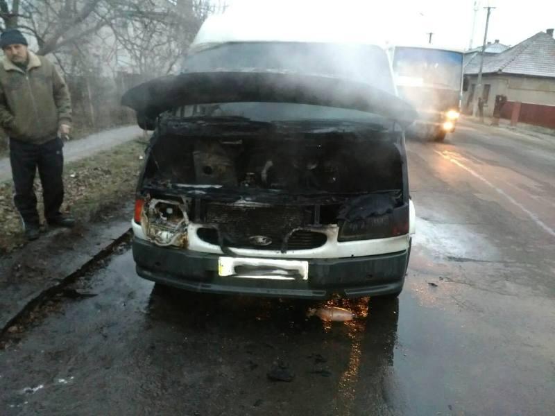 У Берегові під час руху загорівся мікроавтобус