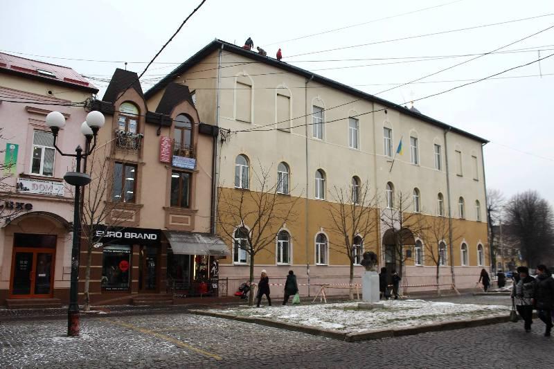 Допоки карантин у Мукачівській ЗОШ №20 планують капітально відремонтувати дах школи