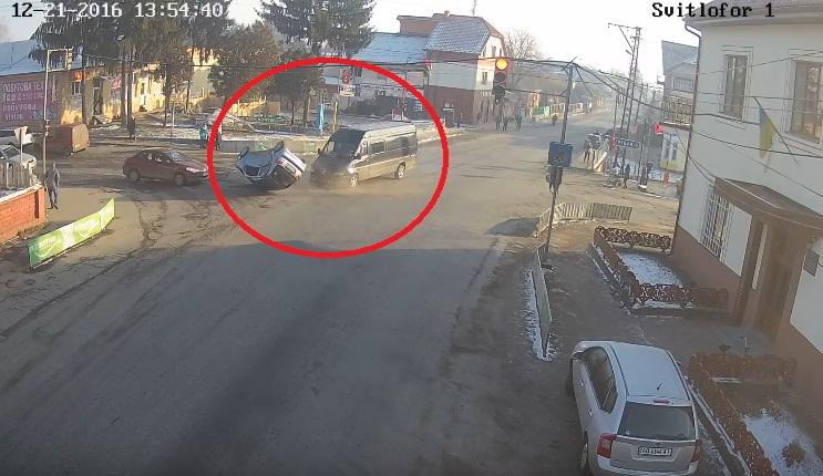 """Карколомна ДТП: камери зафіксували, як мікроавтобус на перехресті зніс """"Дейво"""", легковик перекинувся"""