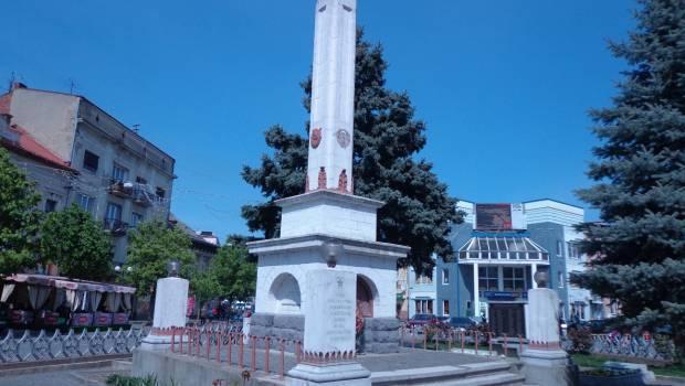 Більше 75% опитаних мукачівців схвалюють перенесення поховань загиблих з центру Мукачева на кладовище