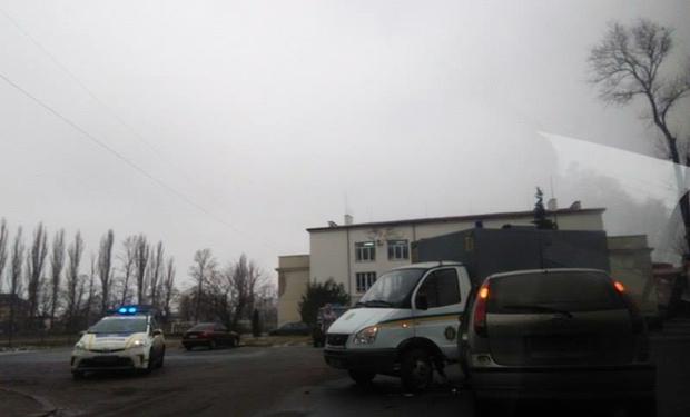 """В Ужгороді біля """"Буревісника"""" легковик зіткнувся з автозаком, у якому були арештовані"""