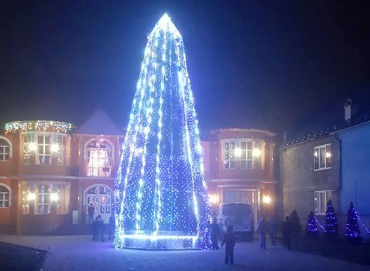 Інтернет-користувачів вразила розкішна новорічна ялинка у ромському таборі у Підвиноградові, що на Закарпатті
