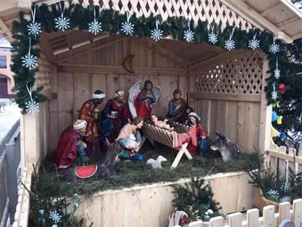 У Тячеві біля міської ялинки встановили Різдвяний вертеп