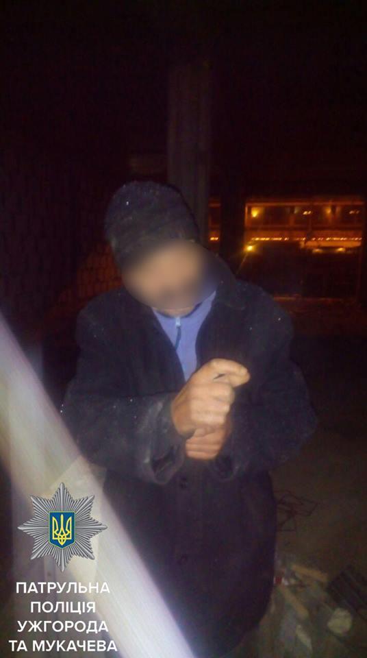 Патрульні Ужгорода затримали чоловіка, який незаконно проник на приватну територію та намагався викрасти будматеріали