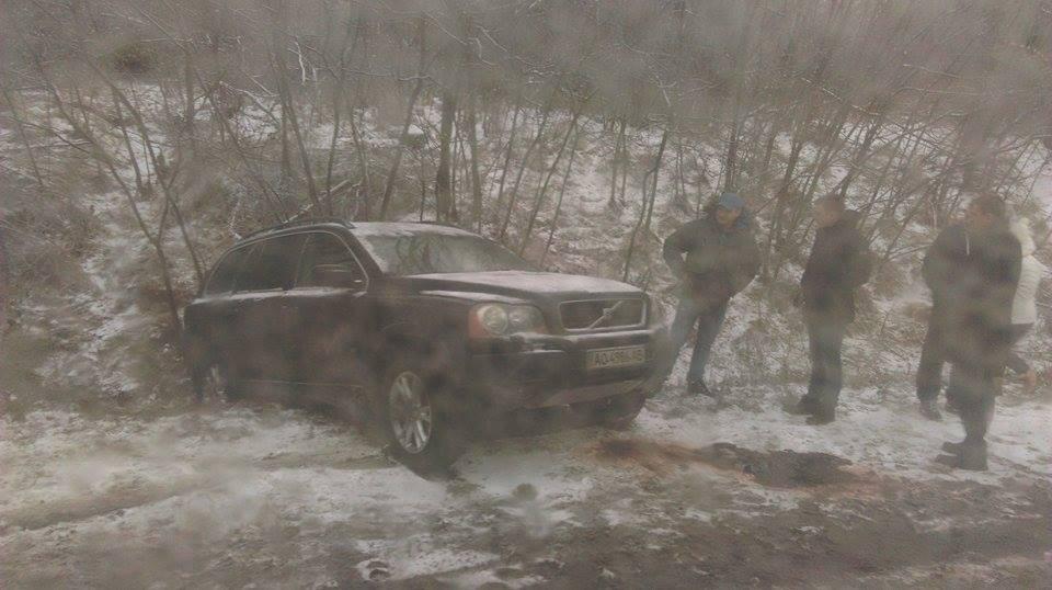 """ДТП на Мукачівщині: біля Залужжя позашляховик """"Volvo"""" вилетів у кювет"""