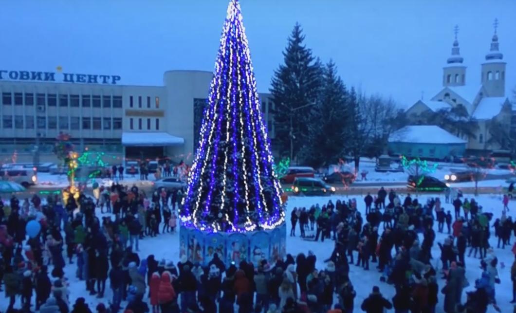 В Іршаві урочисто запалили вогні новорічної ялинки
