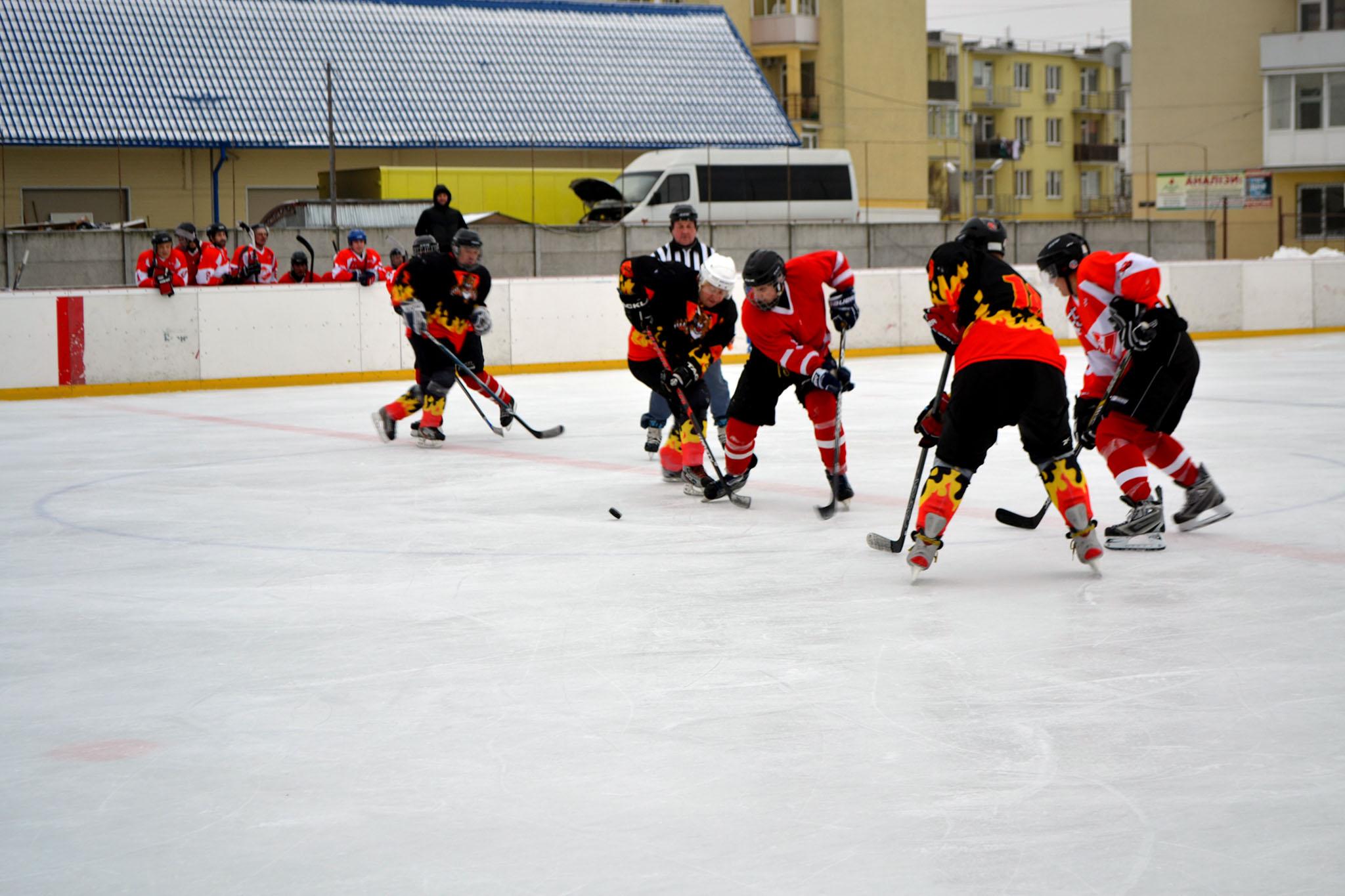 В Ужгороді тривають баталії чемпіонату Закарпаття з хокею