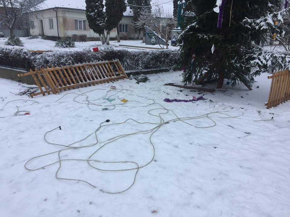 У Ракошині невідомий вандал розтрощив головну новорічну ялинку села