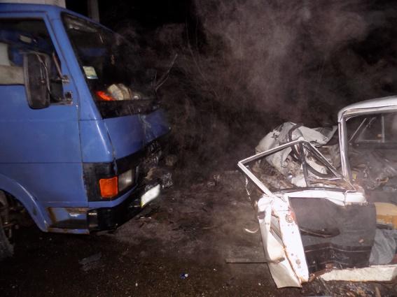 На Виноградівщині вантажівка врізалась в легковик: потерпілого госпіталізували в реанімацію