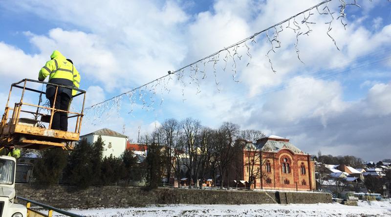 Сьогодні увечері пішохідний міст в Ужгороді засяє новою святковою ілюмінацією