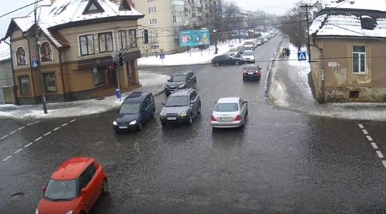 На вулиці Василя Стуса у Мукачеві водій автомобіля не помітив зустрічного легковика і потрапив у ДТП