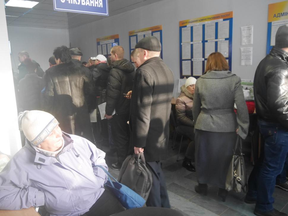 Закарпатські підприємці масово закривають ФОПи: в ужгородському ЦНАПі утворились величезні черги