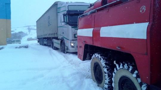 Упродовж доби рятувальники визволили із снігової пастки 14 вантажівок та легковий автомобіль