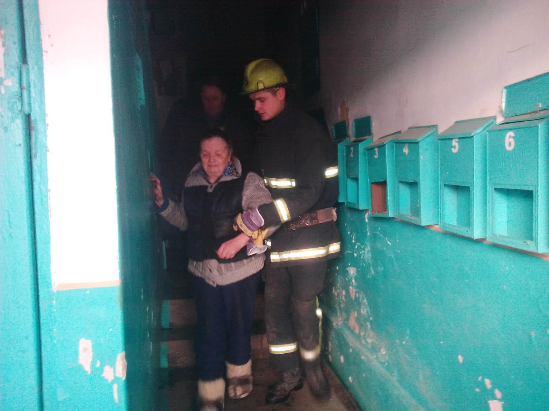 Одна людина врятована та три евакуйовані під час ліквідації пожежі в квартирі