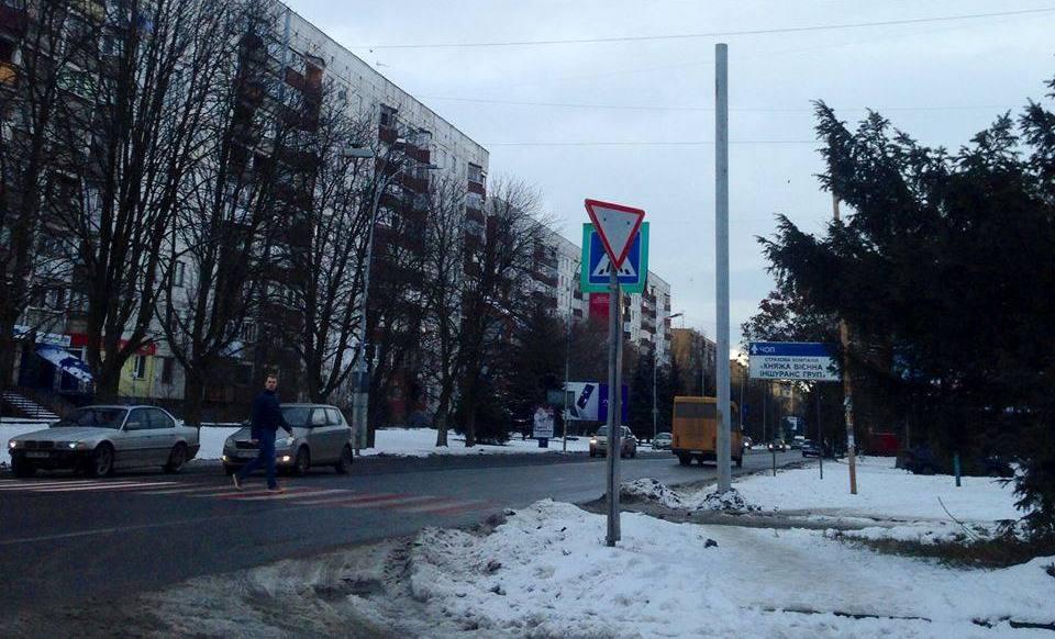 """На """"смертельному"""" пішоходному переході в Ужгороді встановлюють потужне освітлення"""