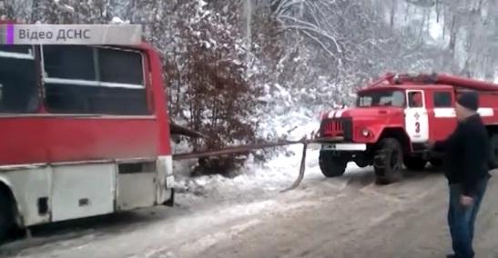 Півтора десятка автомобілів опинилися у сніговій пастці на Закарпатті