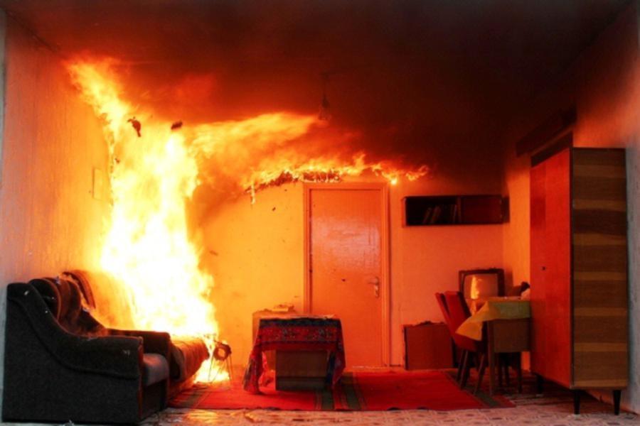 По опівночі в Ужгороді горіла квартира: вогнем знищено чимало майна