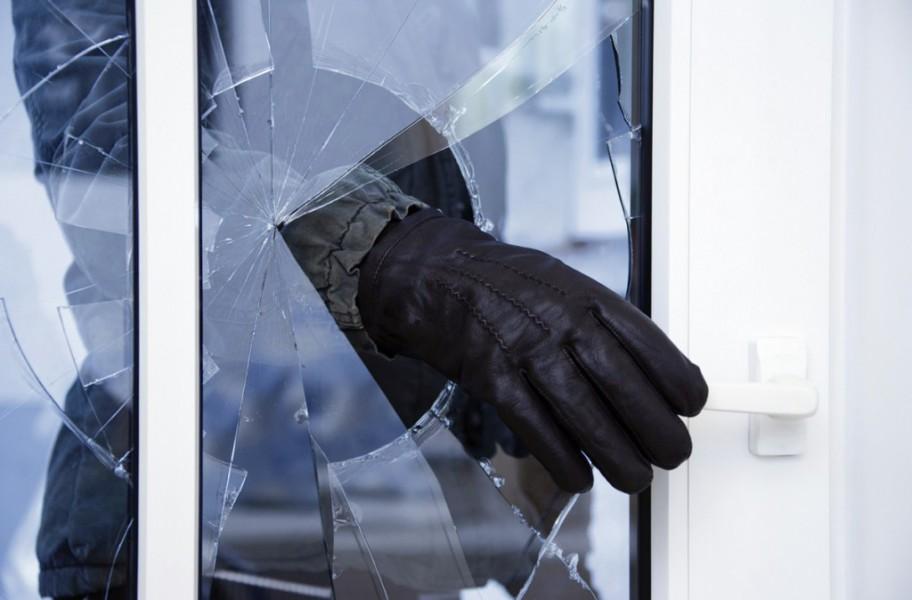 На Рахівщині 45-річний чоловік розбив вітрину і обікрав магазин