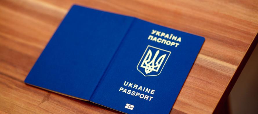 Закарпатцям масово видають закордонні паспорти