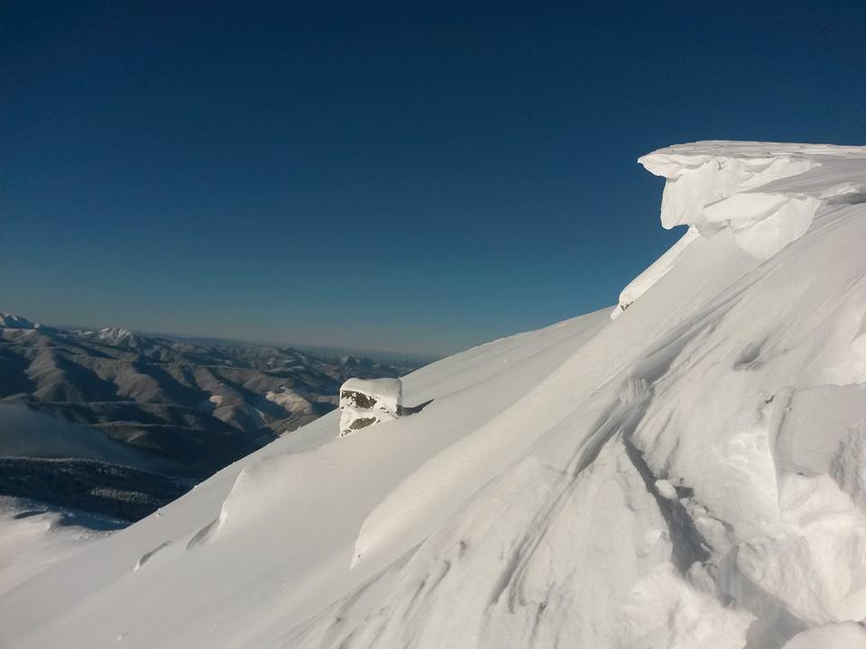 На горі Піп-Іван утворився небезпечний сніговий карниз