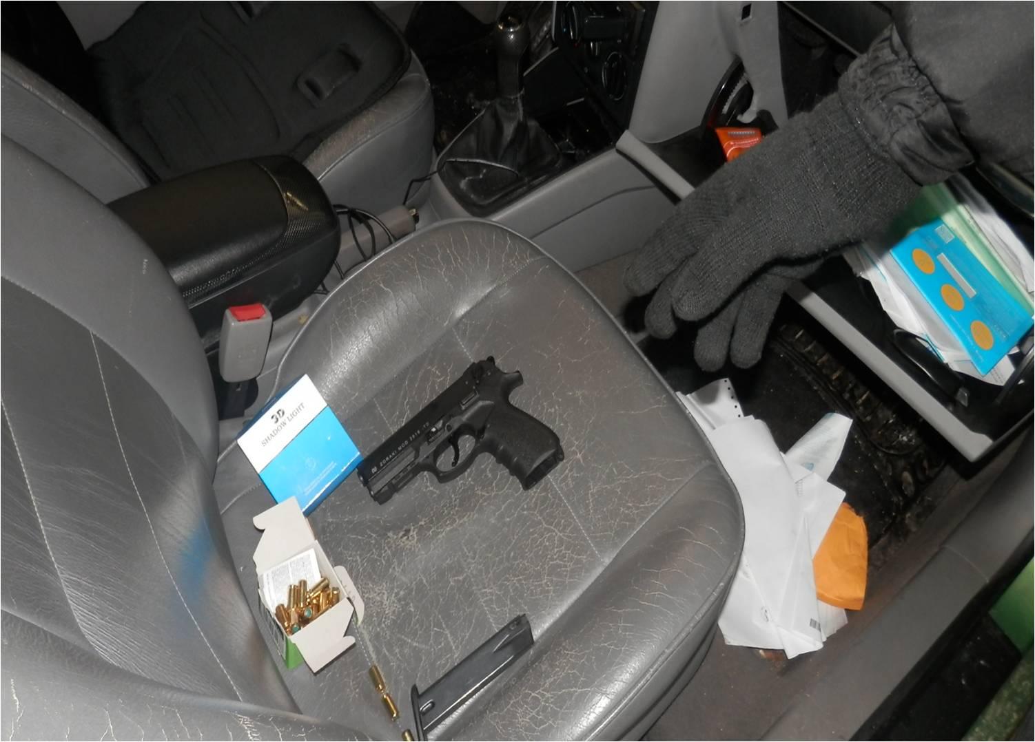 На кордоні з Румунією прикордонники виявили в автомобілі пістолет та набої до нього