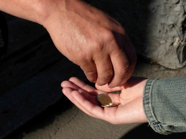 Іршавські правоохоронці виявили жінку, яка змусила свого сина жебракувати