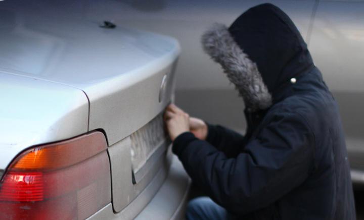 На Закарпатті житель Львівщини новорічні свята знімав номерні знаки з автомобілів і вимагав гроші за їх повернення