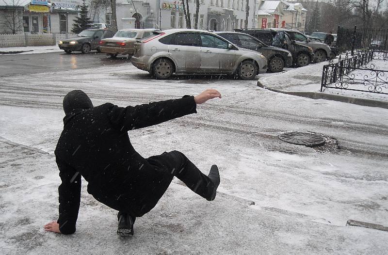 Втриматись на льоду: ужгородські тротуари перетворились на ковзанки