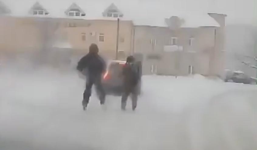 Відчайдушні екстремали з Мукачева катаються на лижах по вулицях міста
