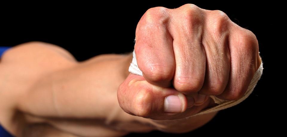 На Виноградівщині 18-річний молодик у День народження зламав чоловіку щелепу