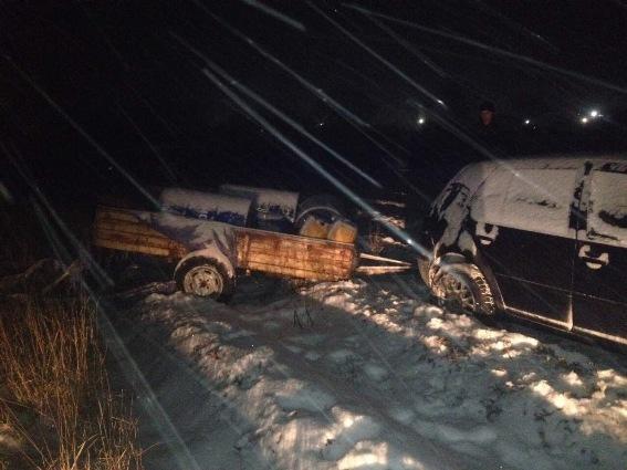"""На трасі біля Чинадієва зупинили іномарку, у причепі якої були бочки із дизпаливом. Є підозра, що """"зливали"""" із вантажівок"""