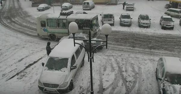 """Біля залізничного вокзалу у Мукачеві зіткнулись маршрутка та """"Жигулі"""": відео ДТП з камер спостереження"""