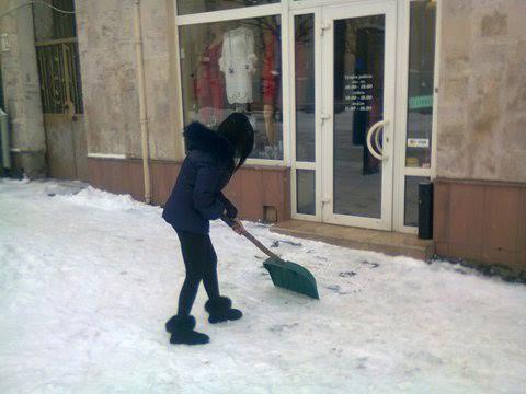 В Ужгороді муніципальна поліція перевірила, як підприємці прибирають сніг біля своїх магазинів