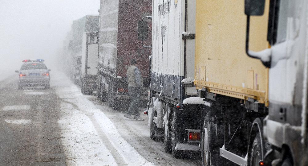 """Рух на трасі """"Київ-Чоп"""" ускладнився: утворився корок, вантажівки стоять"""