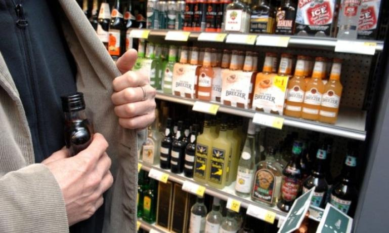 Ужгородець за два рази виніс з місцевого супермаркету п'ять пляшок алкоголю