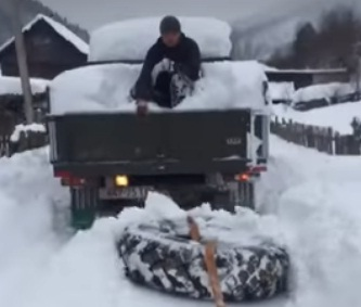 Унікальна технологія боротьби зі стихією: у Колочаві чистять дороги від снігу колесом