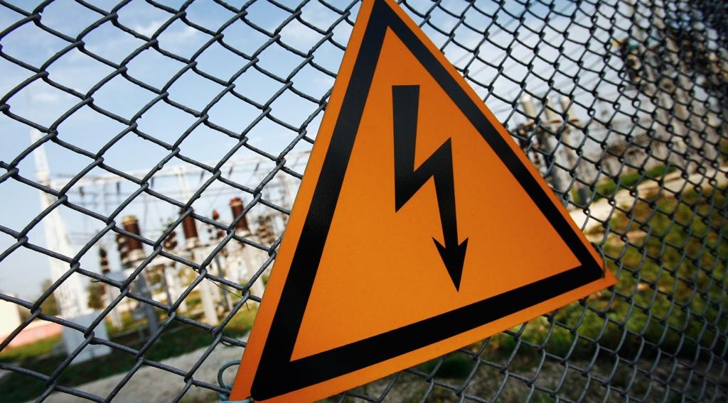 У Мукачеві на тротуар та автобусну зупинку впали електричні кабелі