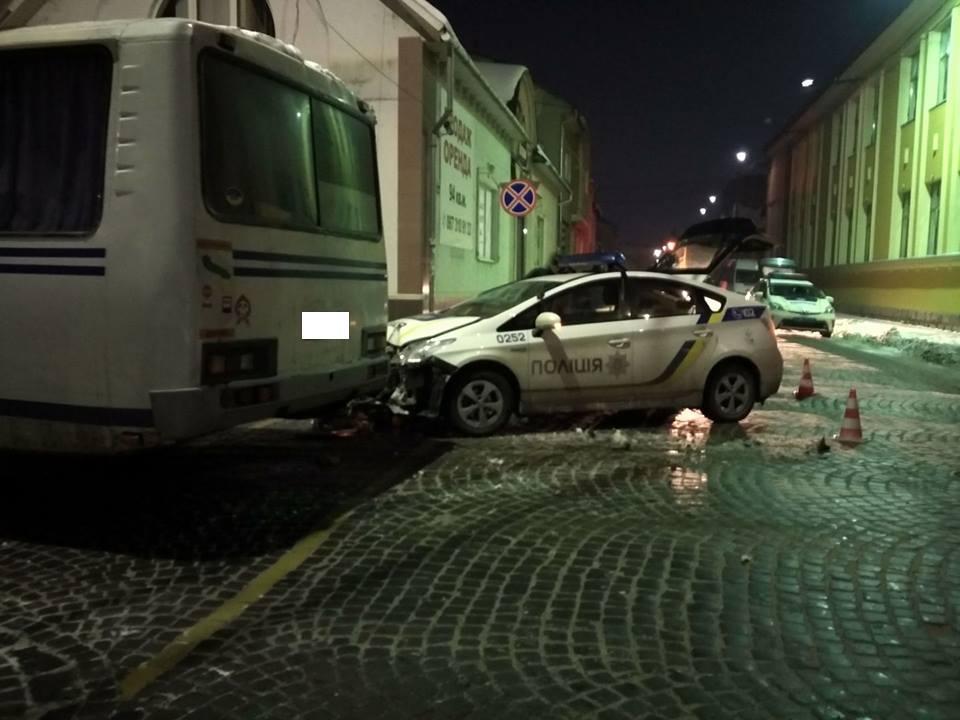 "ДТП у Мукачеві: поліцейський ""Пріус"" ""поцілував"" автобус"