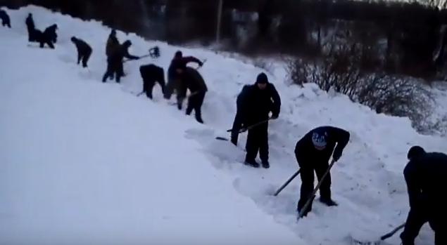 Мешканцям гірського села Брестів на Мукачівщині довелось самотужки прочищати дорогу: лопатами, у страшенний вітер і холод