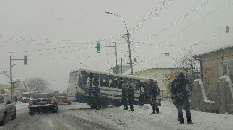 """На трасі """"Київ-Чоп"""" біля пішохідного переходу у Ракошині пасажирський автобус потрапив у ДТП"""