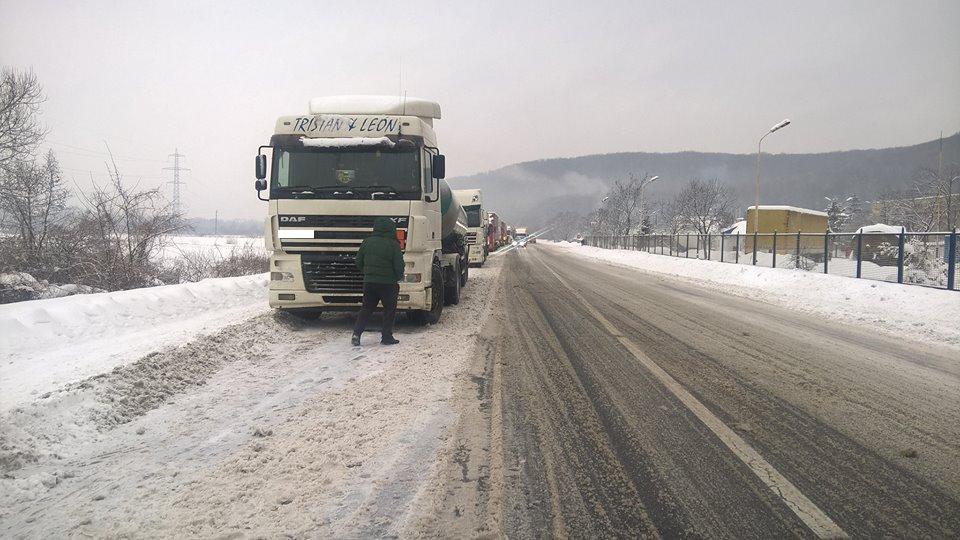 """На трасі """"Київ-Чоп"""" на території Закарпаття стоять близько 80-ти вантажівок"""