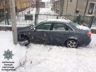 """На Ужгородщині іномарка """"Audi"""" наїхала на пішохода: останнього госпіталізували"""