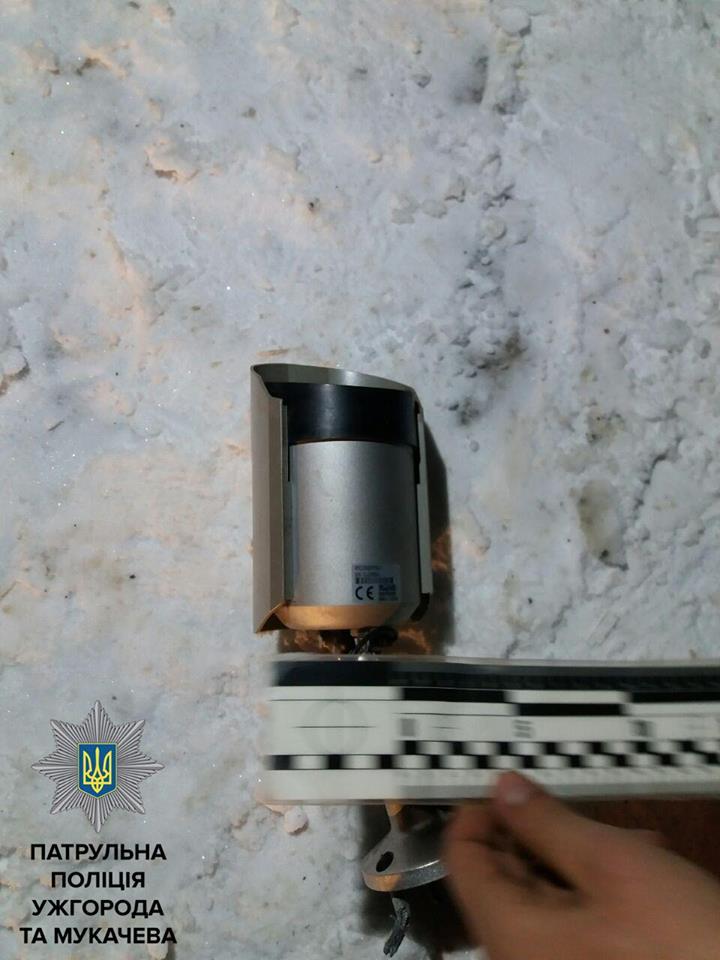В Ужгороді патрульні затримали крадіїв камери зовнішнього спостереження