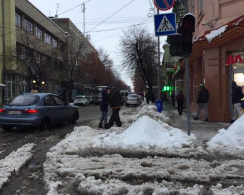 """Господар такого в своєму """"домі"""" не допустить, –  реакція соцмереж на ситуацію з прибиранням снігу в Мукачеві"""