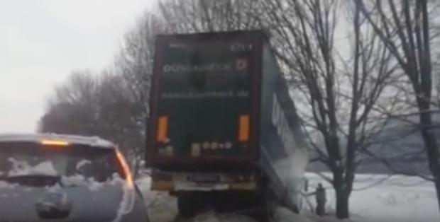 Потрійна ДТП на Хустщині: вантажівка з'їхала у кювет